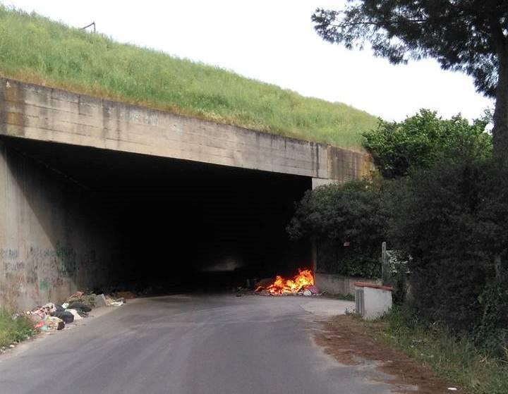"""Fuoco alle discariche abusive a Tivoli Terme, una """"guerra"""" quotidiana: ancora cumuli di rifiuti dati alle fiamme"""
