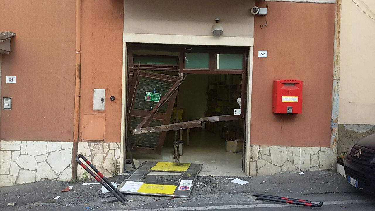 """Palombara, """"spaccata"""" alla posta di Cretone: bancomat agganciato e trascinato via"""