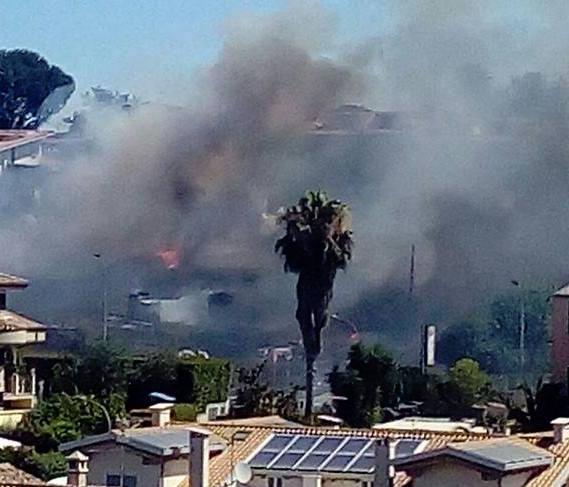 Guidonia, sterpaglie in fiamme: minacciate case a Setteville Nord. E poi fuoco vicino clinica in via Roma