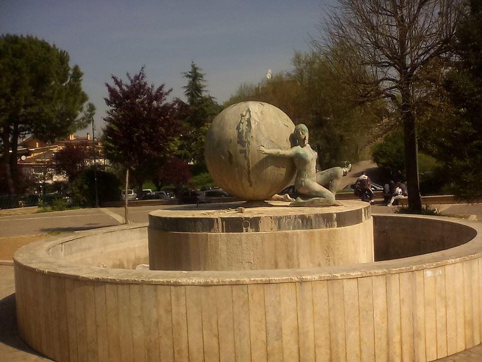 """Mentana, la scultura in piazza tra vandali e degrado. Petrocchi: """"Usata persino per l'immondizia"""". La denuncia"""