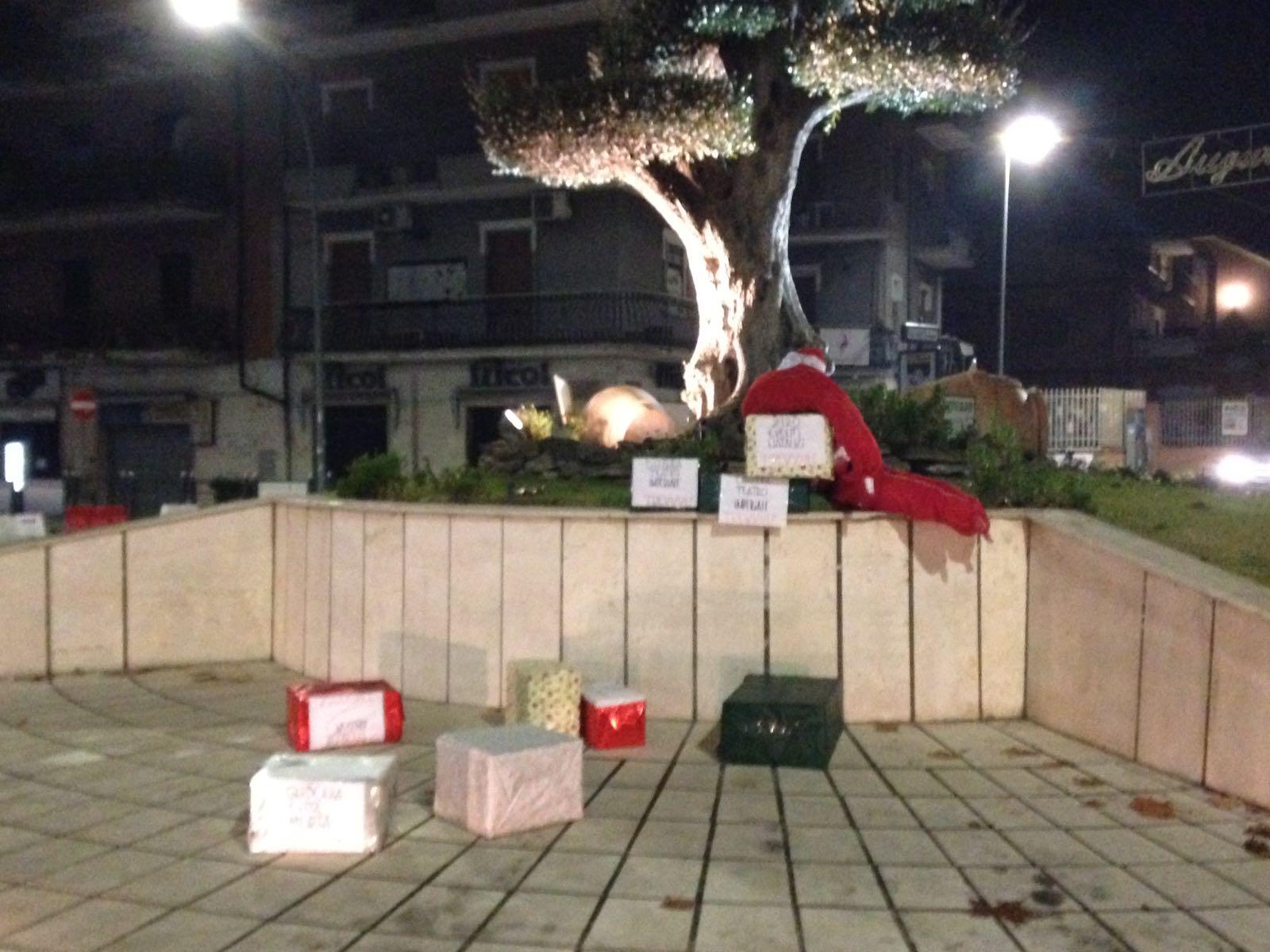 """Blitz natalizio di Trevvvù alla rotatoria: ogni dono una denuncia. """"Guidonia città morta"""""""