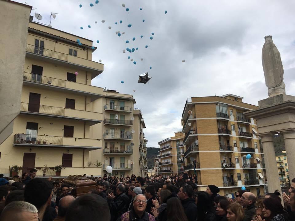"""Tivoli, 4mila persone per i funerali di Riccardo e Federico. """"Non è un addio ma un arrivederci"""""""