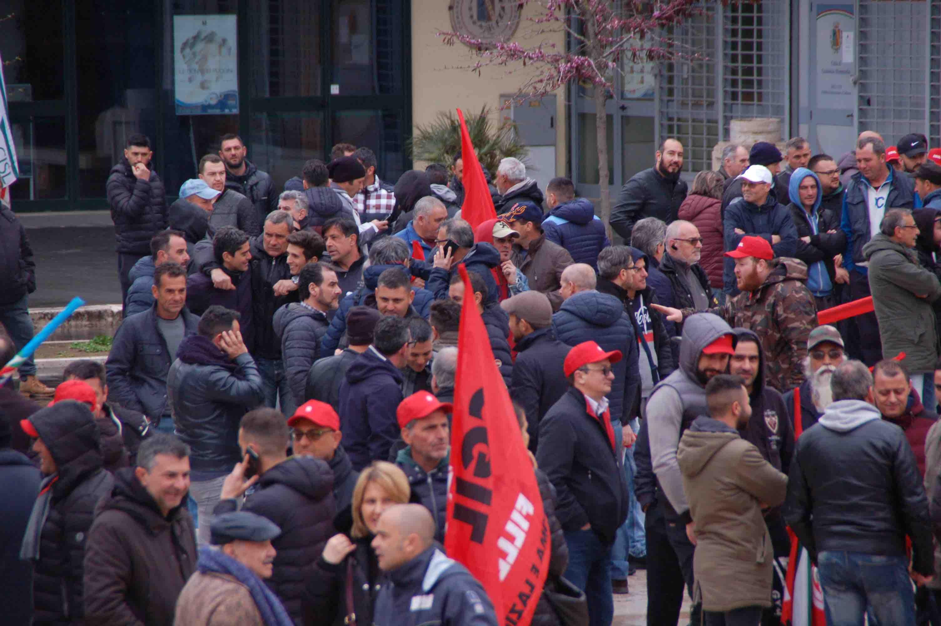 """Operai delle cave in piazza con gli edili: è sciopero generale. """"Tutele per i lavoratori del travertino"""""""