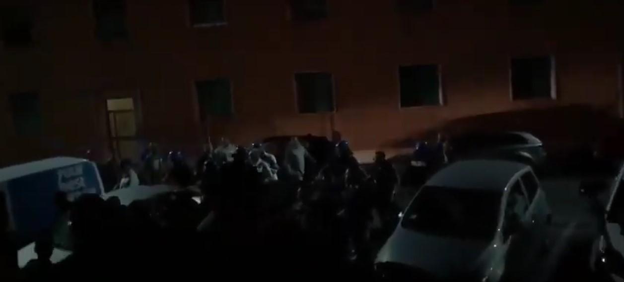 Barbet esce di notte dal Comune tra gli insulti degli operai delle cave