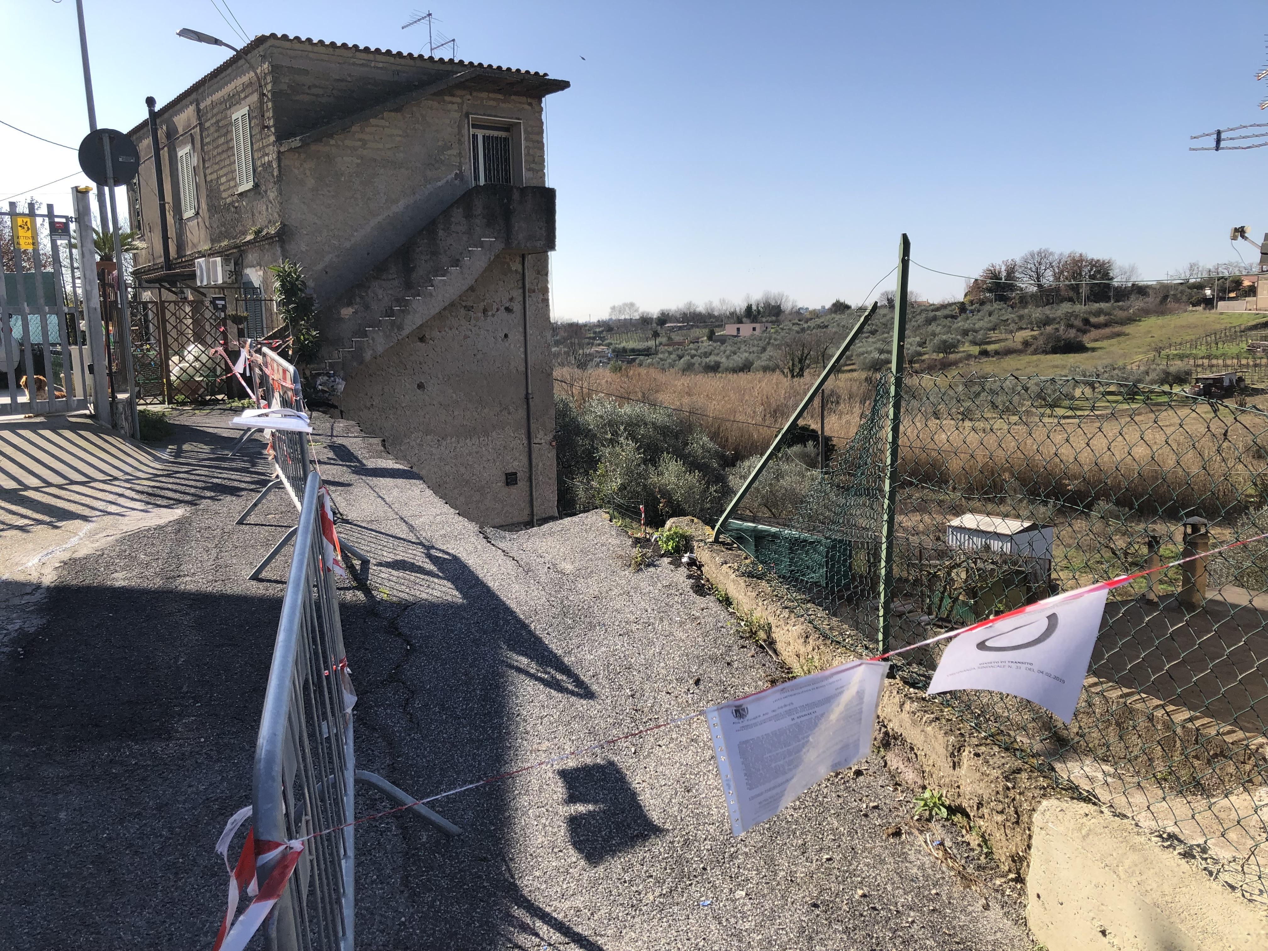 A Guidonia crolla muro e frana strada