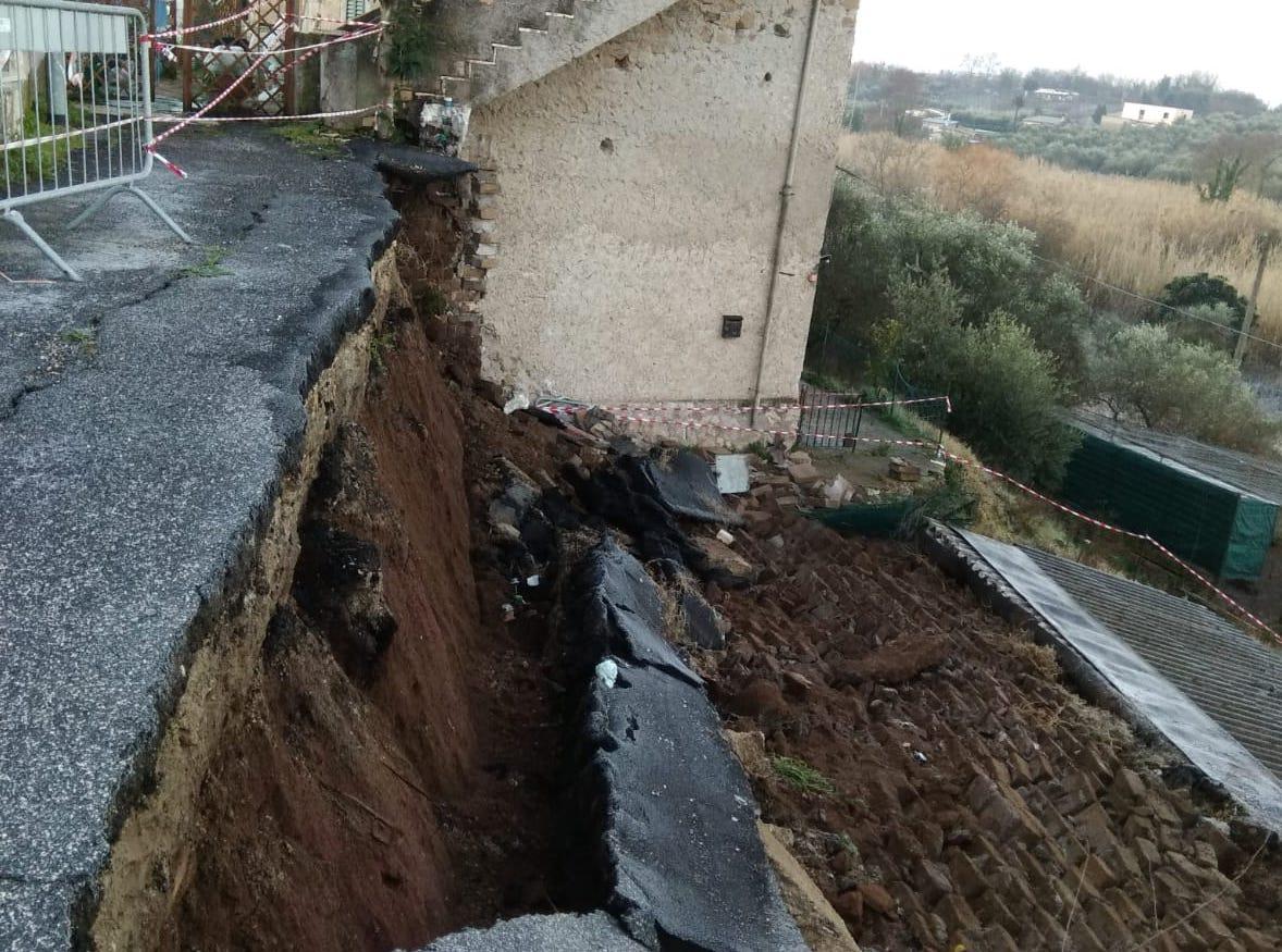 """Guidonia, crollano muro e strada: il Comune sapeva del pericolo. """"Ci hanno abbandonato"""""""