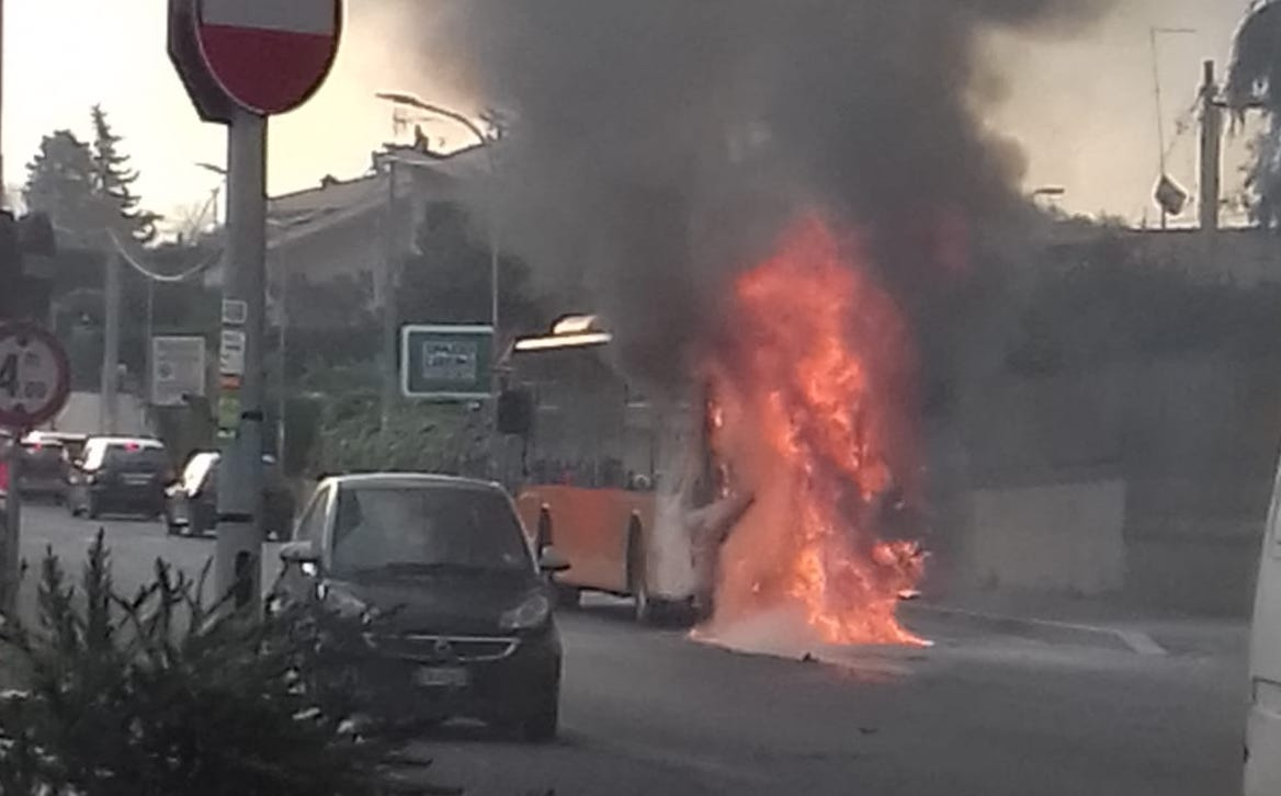 Video bus in fiamme a Guidonia