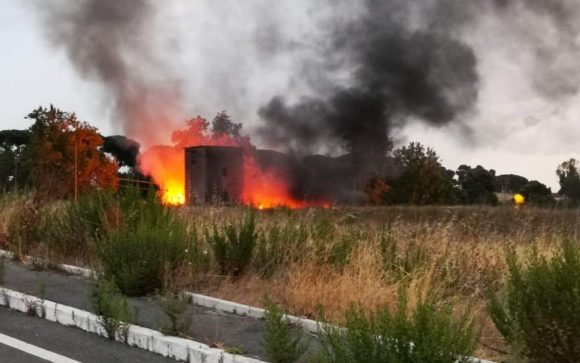 In fiamme i rifiuti a Guidonia