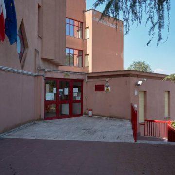 Mentana, la scuola Paribeni taglia le ore causa assenze