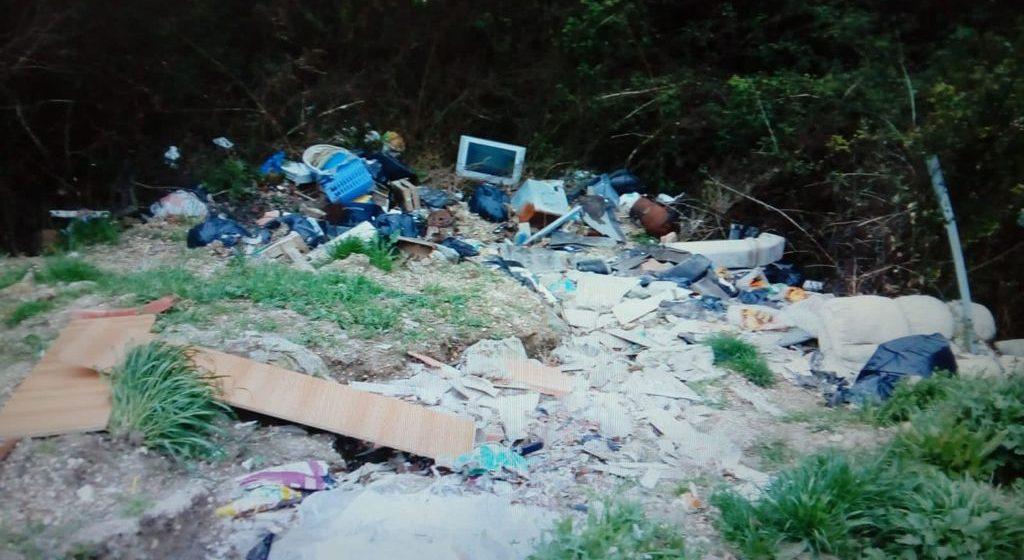 Palombara, discarica di rifiuti pericolosi e roghi tossici in campagna: denunciato