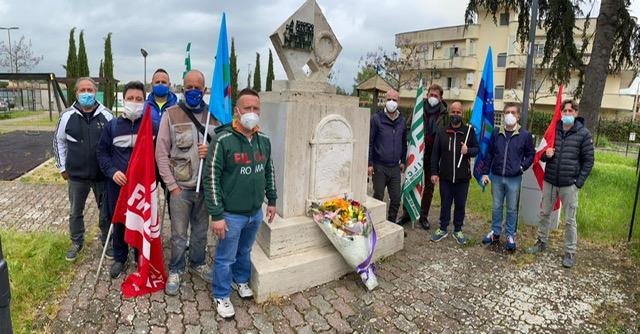 Guidonia, operai cave depongono fiori per i caduti sul lavoro