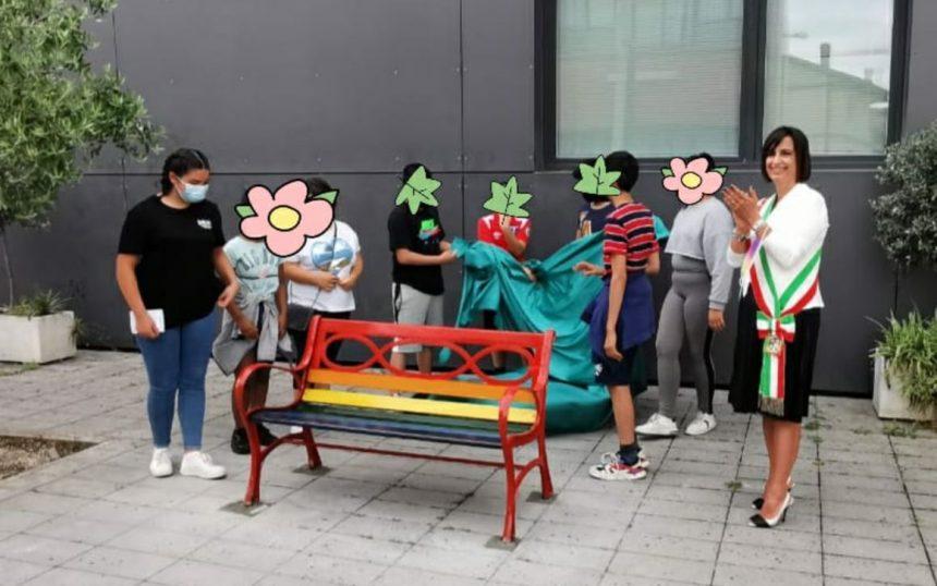 Fonte Nuova, inaugurata la panchina arcobaleno contro le discriminazioni di genere