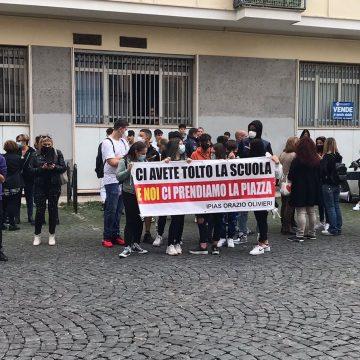 """""""Ci avete tolto la scuola e noi ci prendiamo la piazza"""", la protesta dell'Olivieri a Tivoli"""